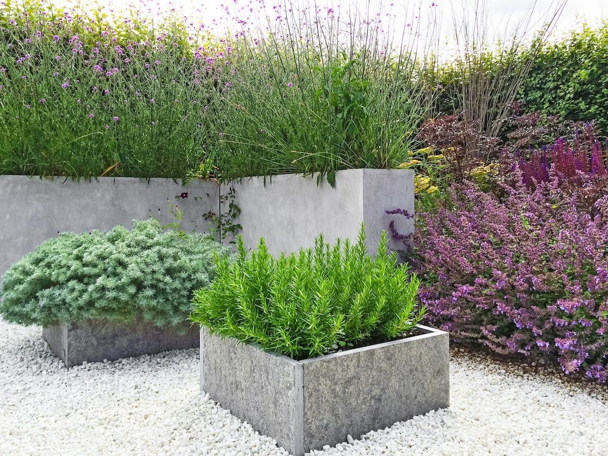Donice betonowe w ogrodzie