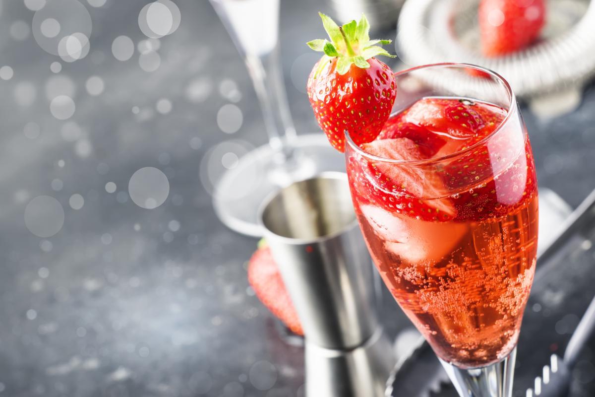 drinki z prosecco i truskawkami