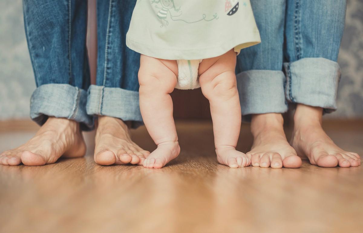 Dziecko stawia stopy do zewnątrz