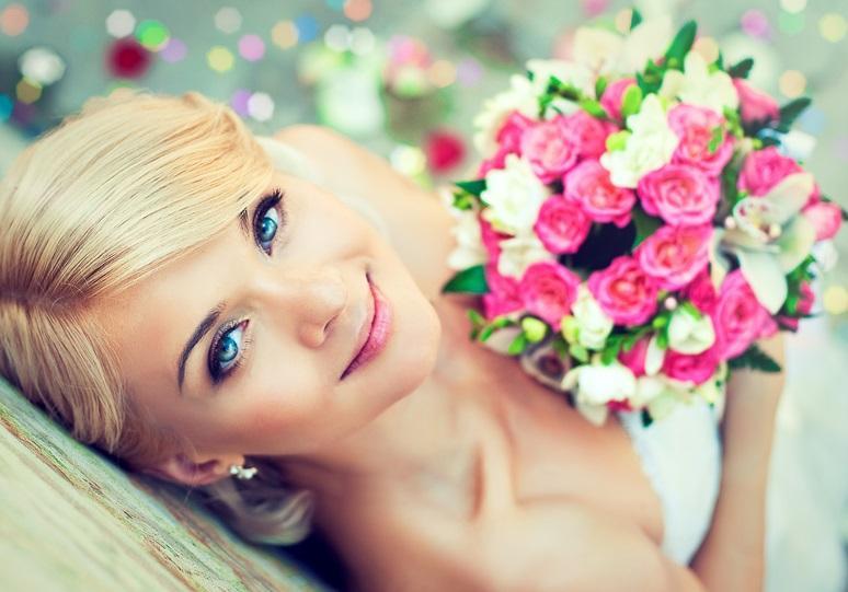 ślub, panna młoda, kobieta, bukiet, kwiaty/fot. Fotolia/Edipresse
