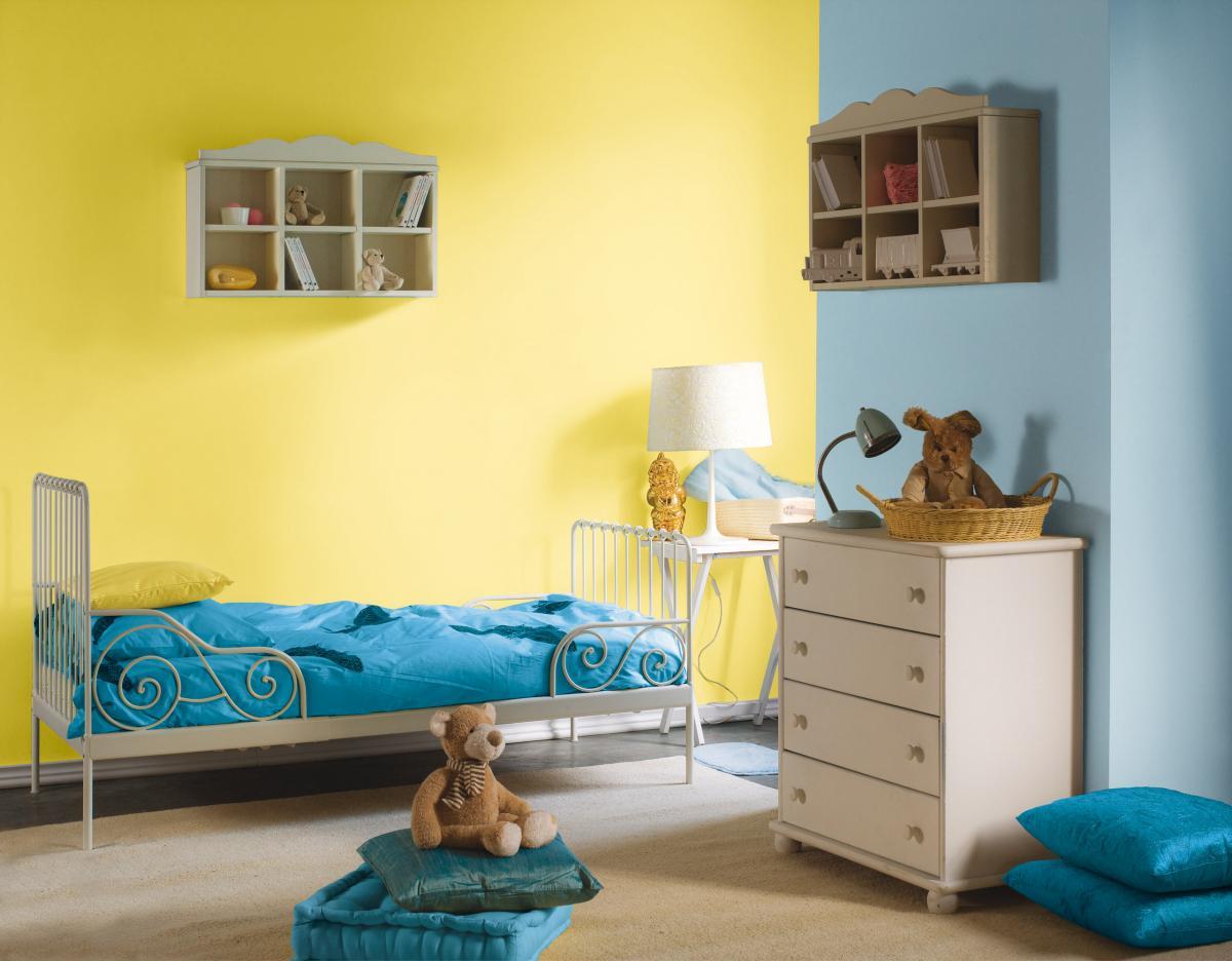Wyrazista farba kryjąca intensywne nasycenie żółtego i niebieskiego - modne wnętrze