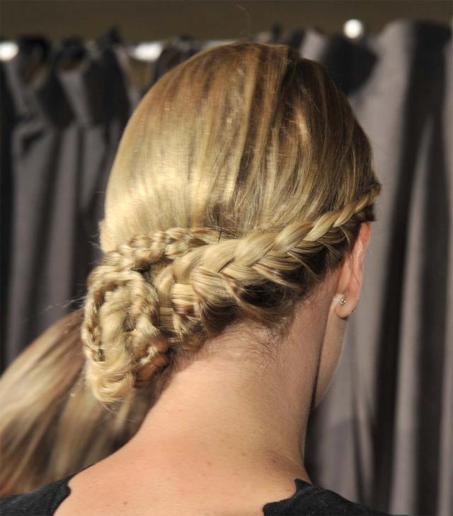 fryzura Charlize Theron, fryzury gwiazd, krok po kroku, porady fryzhera, Charlize Theron, warkocz, fryzura ślubna