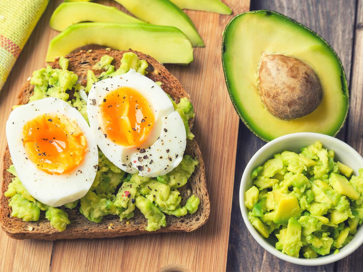 Fit śniadanie kanapka z jajkiem i awokado