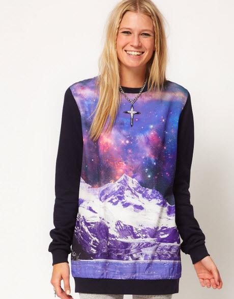 Ciepła bluza z długimi, czarnymi rękawami. Posiada również motyw galaxy oraz motyw gór. Asos, około 210 zł/ 41,67£