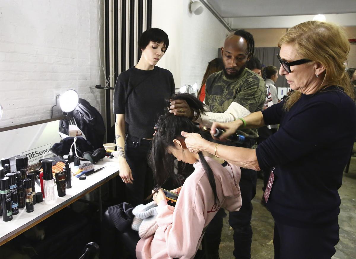 Odile Gilbert, glowna stylistka pokazu Jonathan Simkhai w czasie pracy