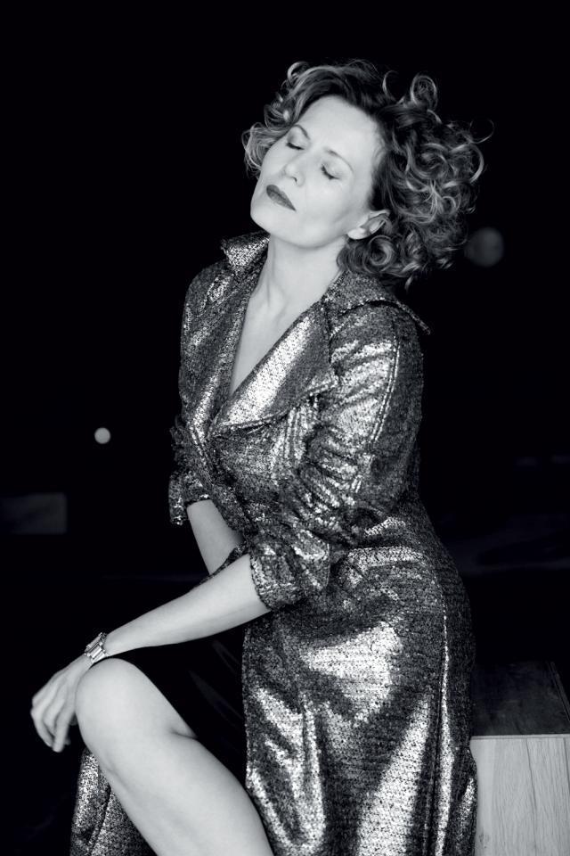 Grażyna Szapołowska w złotym płaszczu o klasycznym kroju – po prostu szyk i elegancja.