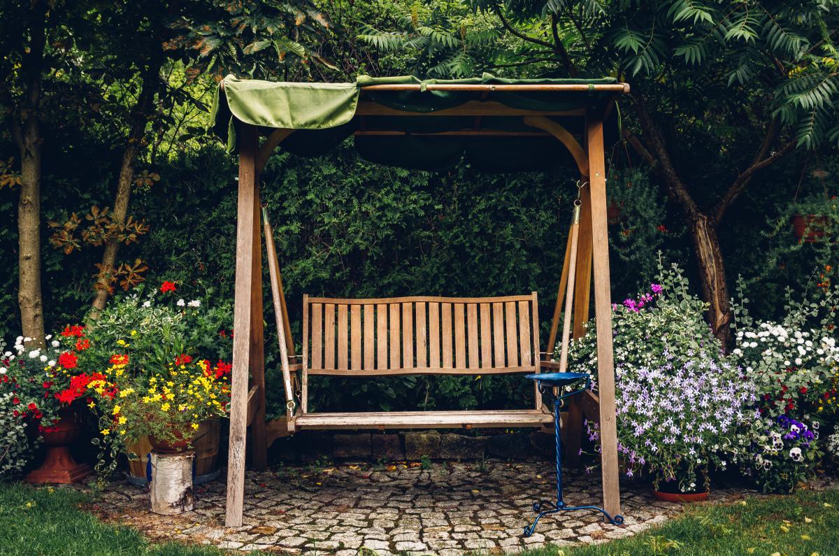 Huśtawka ogrodowa drewniana z tekstylnym baldachimem