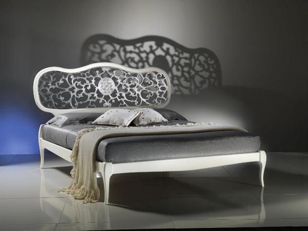 Nowoczesne łóżko z metalową zdobioną ramą w kolorze ecru inspiracje od Patt Mebel
