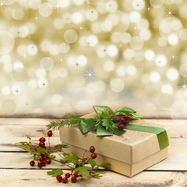 Złoty prezent z zieloną kokardą