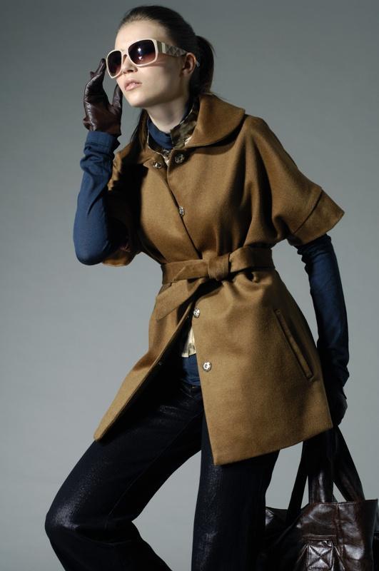 Modny płaszcz, beżowy płaszcz, jesienny strój, kobieta, fot. fotolia.pl
