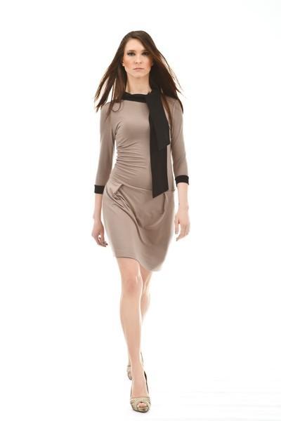 Beżowa sukienka z czarną szarfą.
