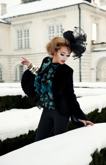 Najnowsza kolekcja Cotton Club to propozycja dla tych pań, które zdecydowanie chcą pokazać swoją kobiecość. Bynajmniej nie mamy tutaj na myśli frywolnych halek, a utrzymane w klasycznym tonie ubrania, nawiązujące do lat 50. i 60. New Look to przede wszystkim sukienki w kształcie klepsydry, podkreślające talię marynarki oraz płaszcze, grube szale, a także dające poczucie wzmożonej elegancji futra . Nie zabrakło elementów nowoczesnych – firma na tym polu postawiła na motywy etniczne i gazetowe printy. Wśród nieśmiertelnej bieli i czerni, butelkowej zieleni oraz pomarańczy, można odnaleźć pepitkę. Dzieło Cotton Club zwieńczają propozycje zmysłowych, pogrubionych rzęs, fantazyjnych żabotów oraz filuteryjnych nakryć głowy.