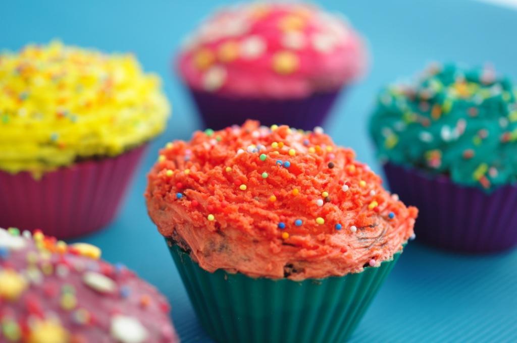 muffinki kolorowe z kremem i posypką