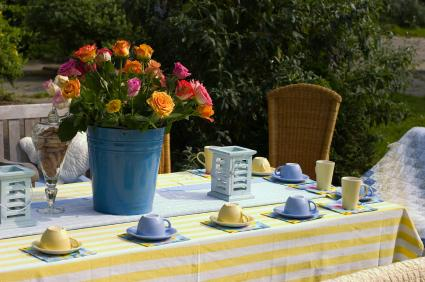 Jak udekorować stół kwiatami?