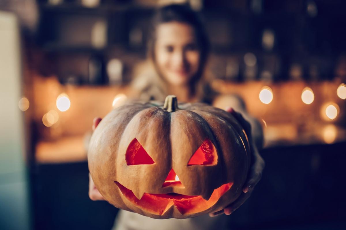 Jak zrobić twarz dyni na Halloween