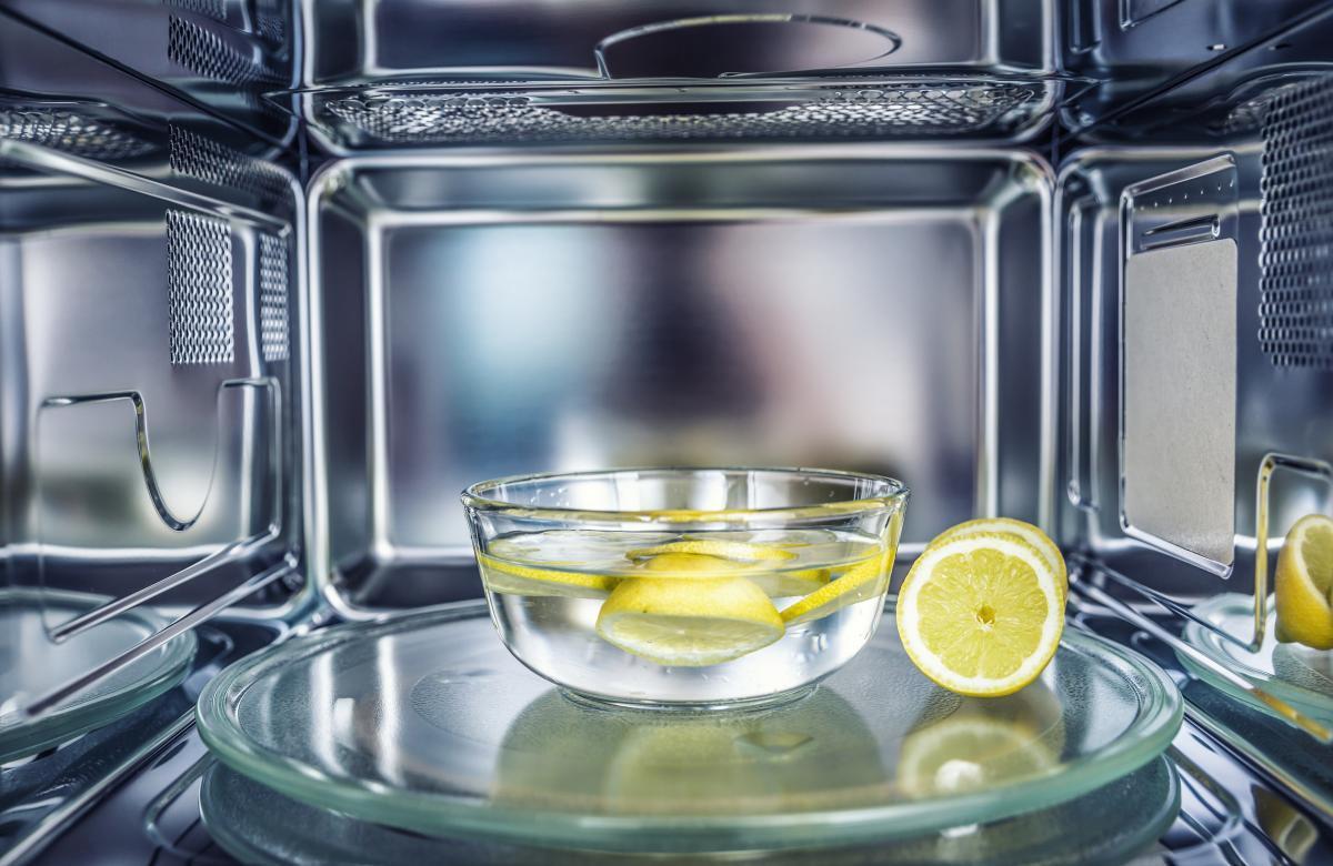 jak wyczyścić mikrofalówkę za pomocą cytryny