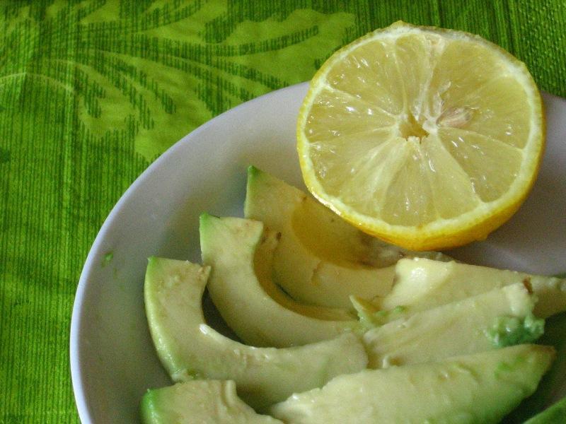 awokado - skrapiamy cytryną