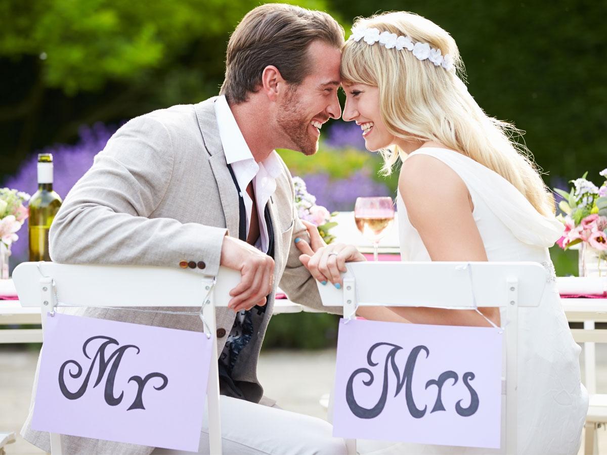 Szczęśliwa młoda para w dniu ślubu