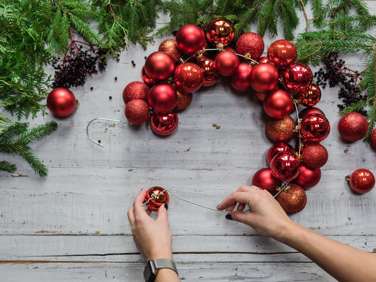 jak zrobić świąteczny stroik z bombek