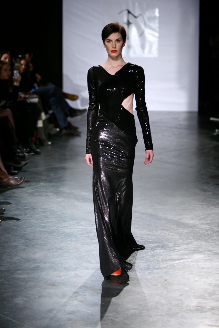 czarna suknia Eva Minge błyszcząca - trendy na jesień-zimę