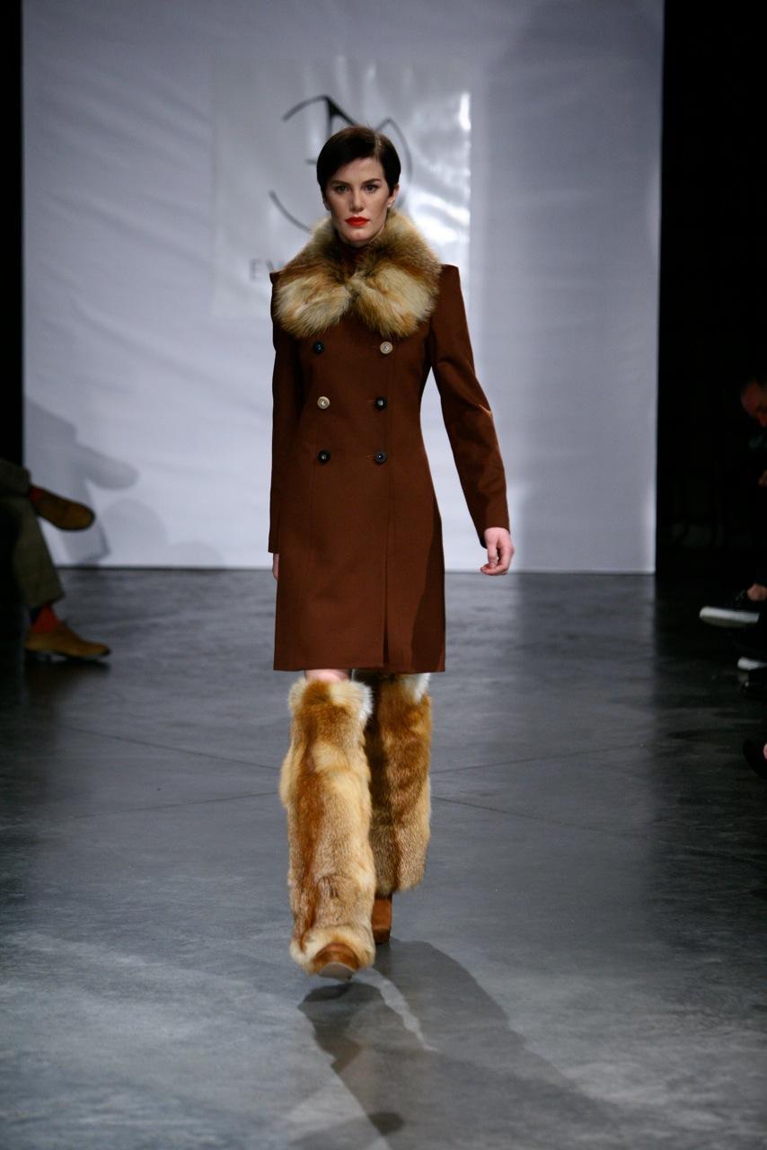 brązowy płaszcz Eva Minge z futerkiem - moda jesienna