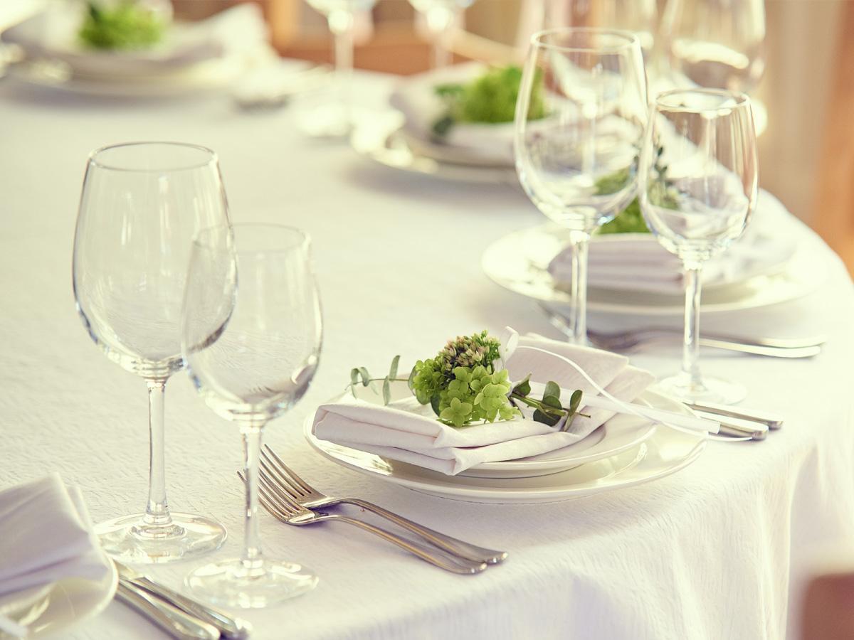 klasyczne kieliszki i szklanki na ślub
