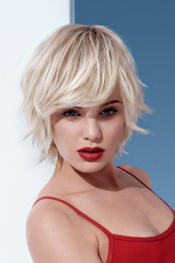 Krótka fryzura - włosy blond