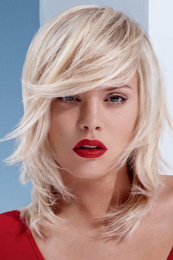 Cieniowane włosy do ramion - propozycja dla blondynek