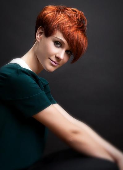 Krótka fryzura z asymetryczną grzywką - rude włosy