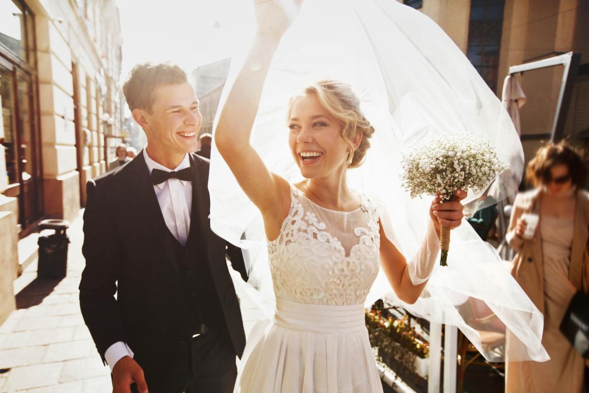 Młoda para w dniu ślubu.
