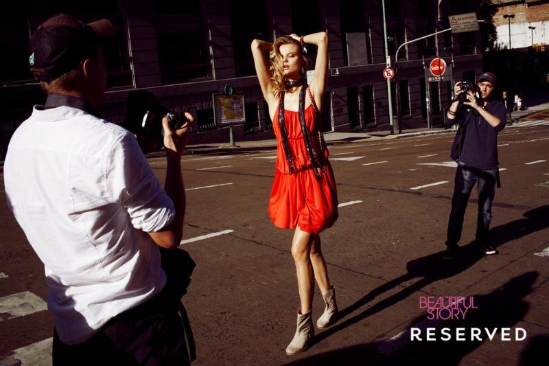 czerwona sukienka Reserved na ramiączkach - trendy wiosna-lato