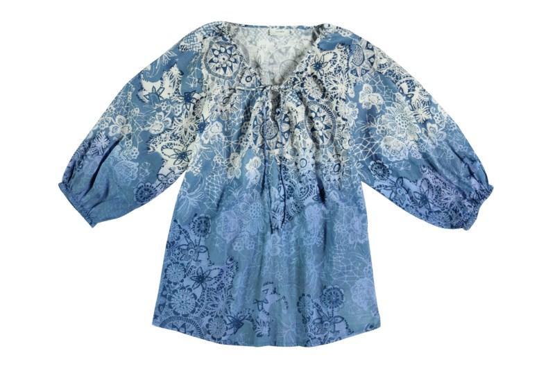niebieska bluzka Tatuum we wzory - moda wiosna/lato