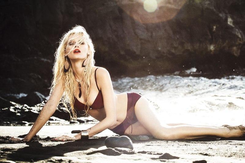 Klasyczne, bardzo kobiece, burgundowe bikini