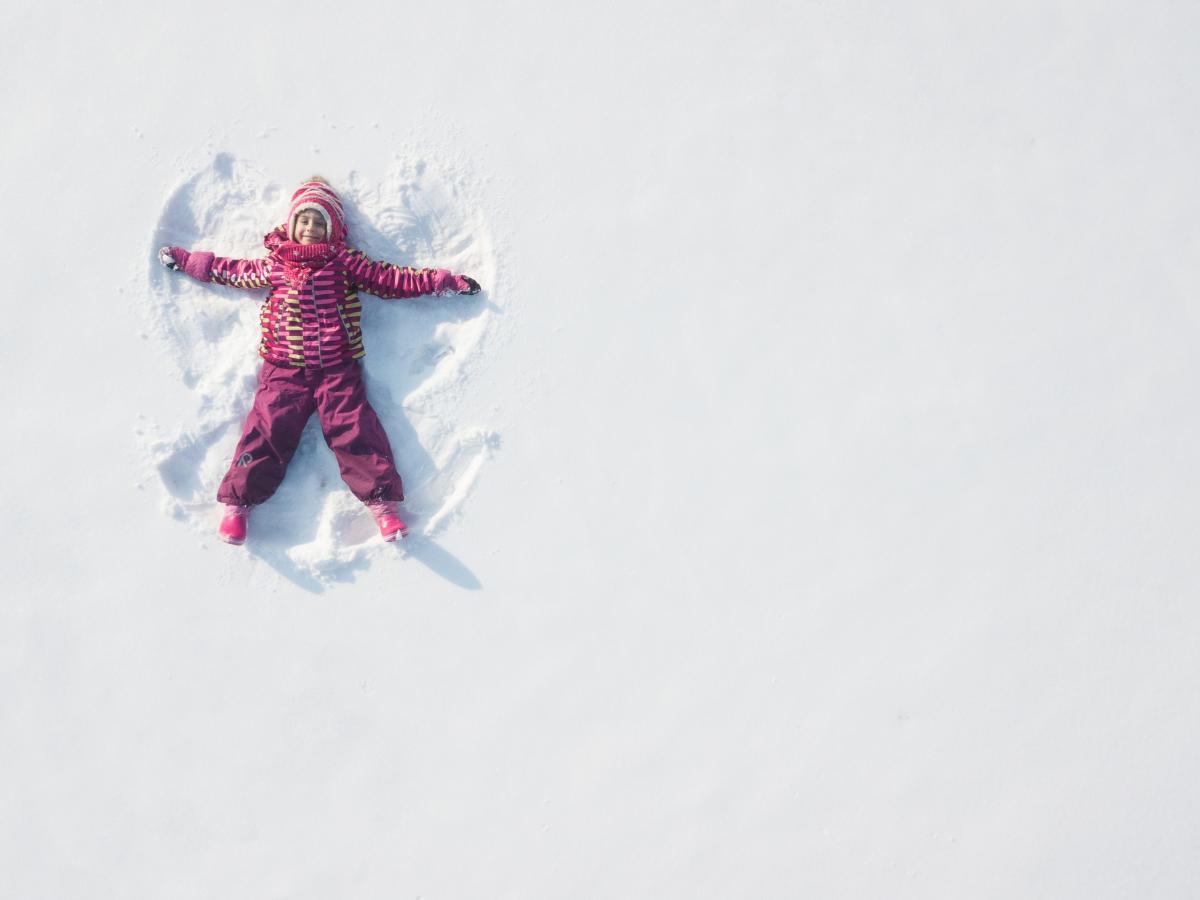 Zabawa na śniegu z dzieckiem