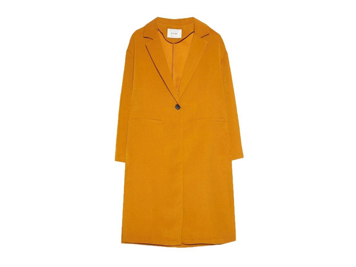 Płaszcz w kolorze palonej żółci, Stradivarius, cena ok. 59,99 zł (ze 149,99 zł)