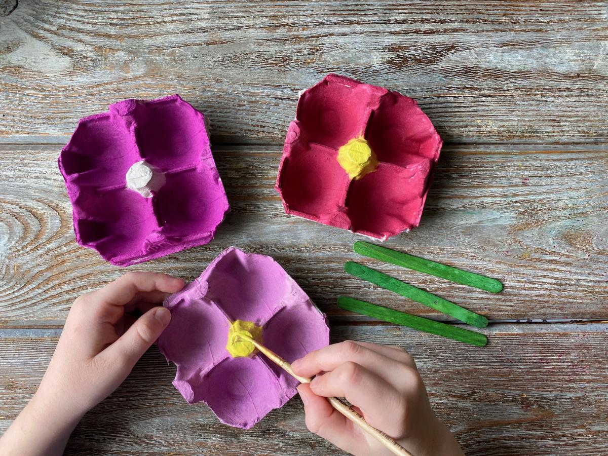 Kwiaty z wytłaczanki po jajkach - krok 2