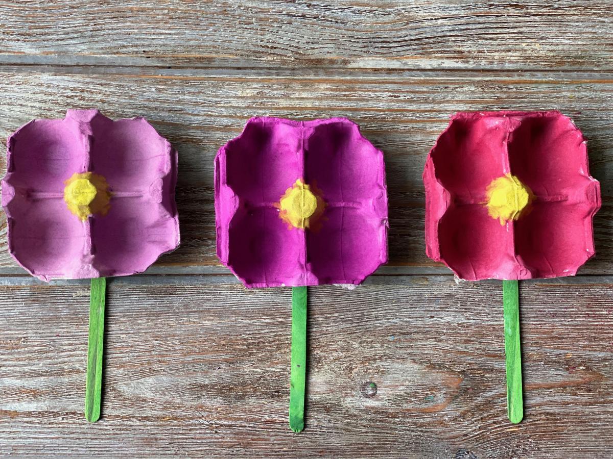 Kwiaty z wytłaczanki po jajkach krok 3