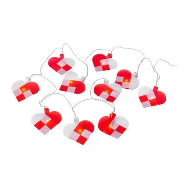 Biało-czerwone lampki choinkowe w kształcie serca. Ikea, 29,99 zł.