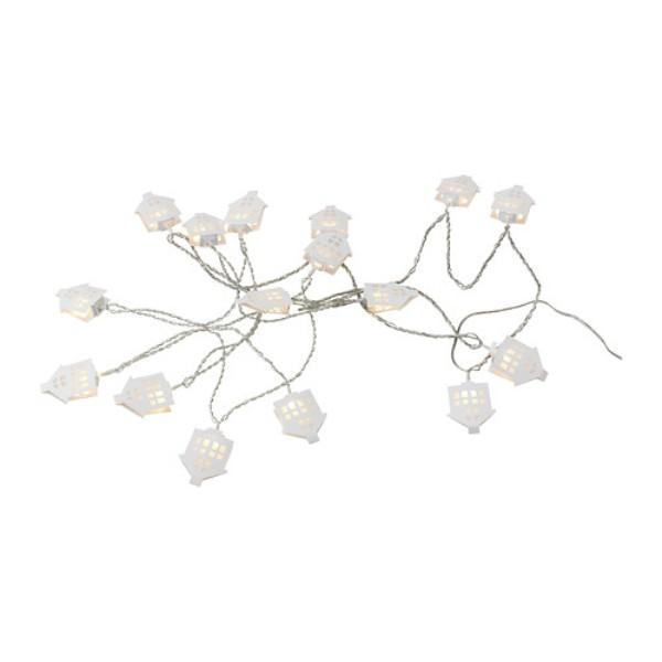 Szesnaście białych lampek choinkowych w kształcie domów, połączone w jeden łańcuch. Ikea, 39,99 zł.