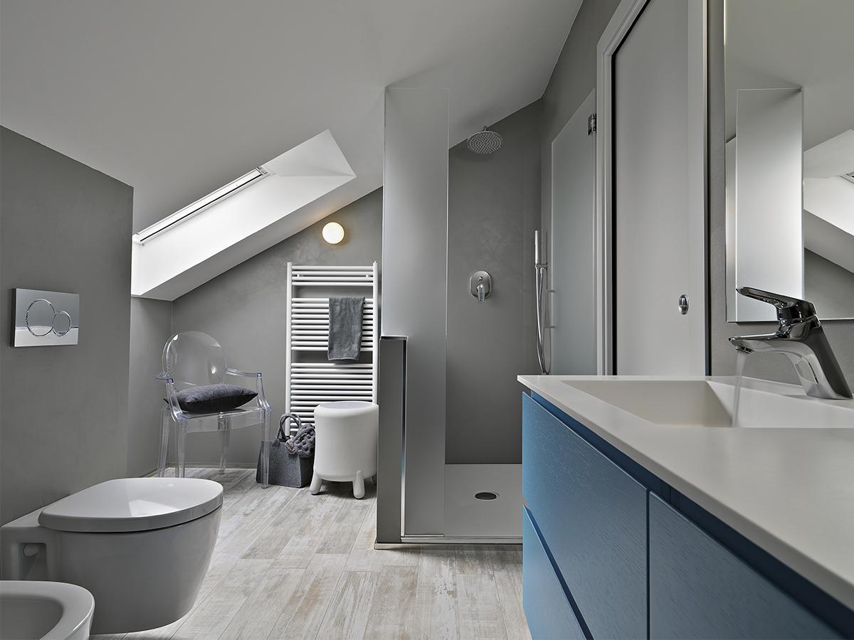 łazienka na poddaszu z prysznicem projekt