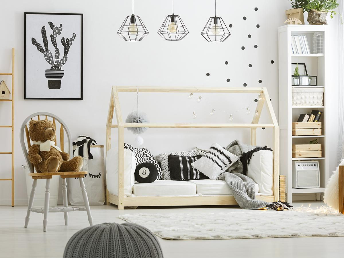łóżko domek w pokoju chłopięcym