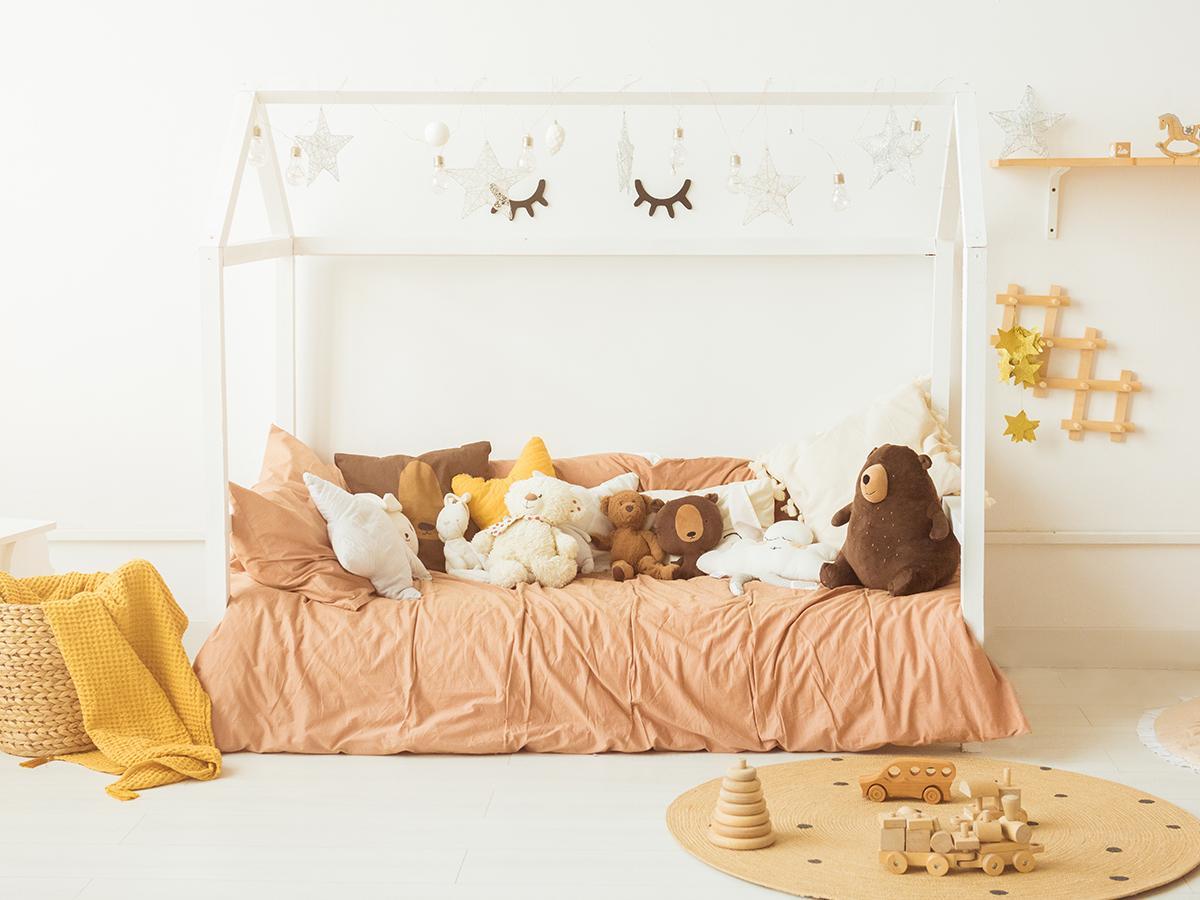 łóżko domek w dziecięcym pokoju