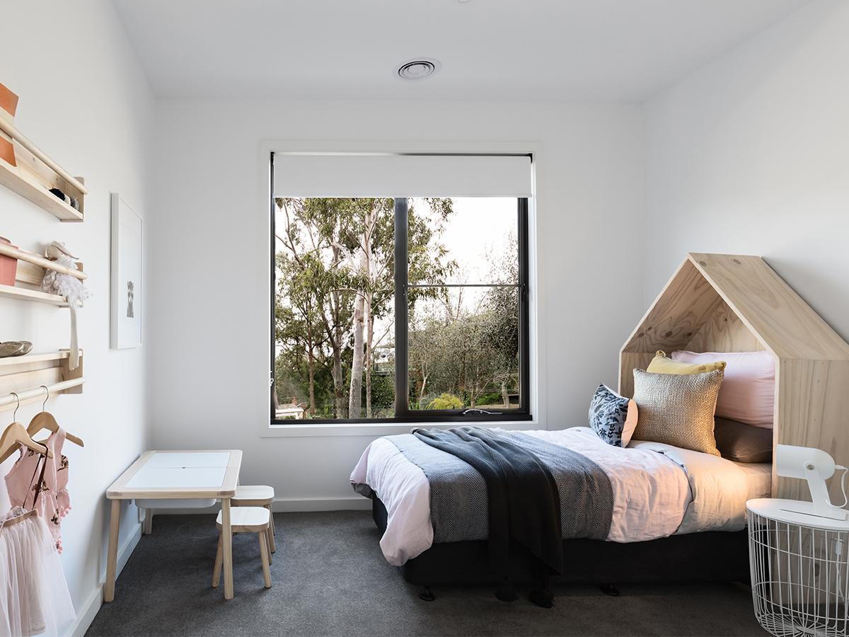 łóżko domek minimalistyczne