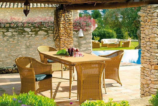 Nowoczesny ratanowy stolik jadalny do ogrodu lub na taras -inspiracje ogrodowe 2013