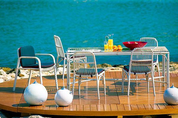 Nowoczesny ogrodowy stolik jadalniany w kolorze bieli -design 2013