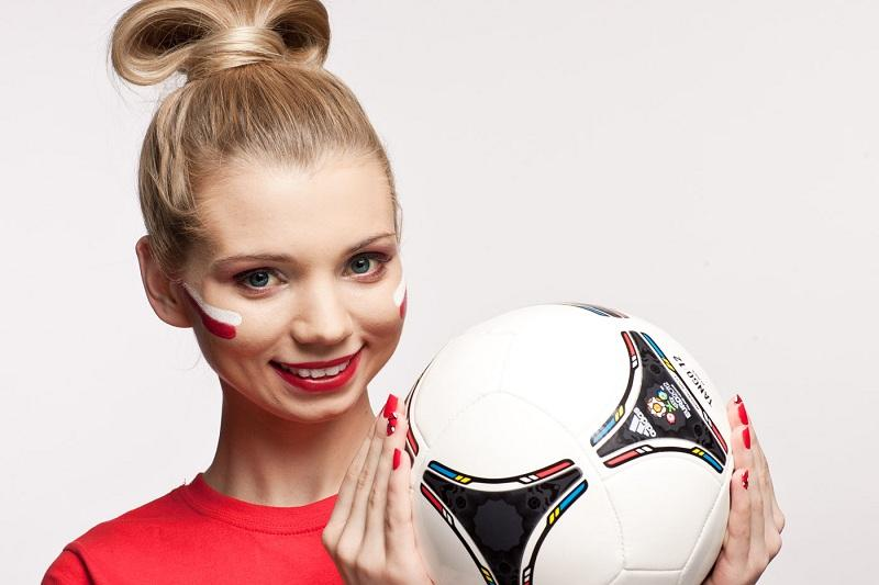 Makijaż dla kibicki piłki nożnej - krok po kroku