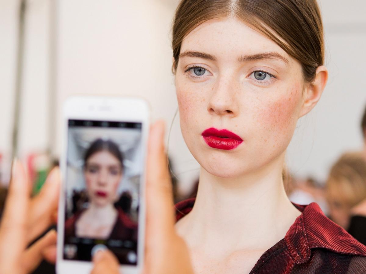 Kobieta w czerwonej szmince