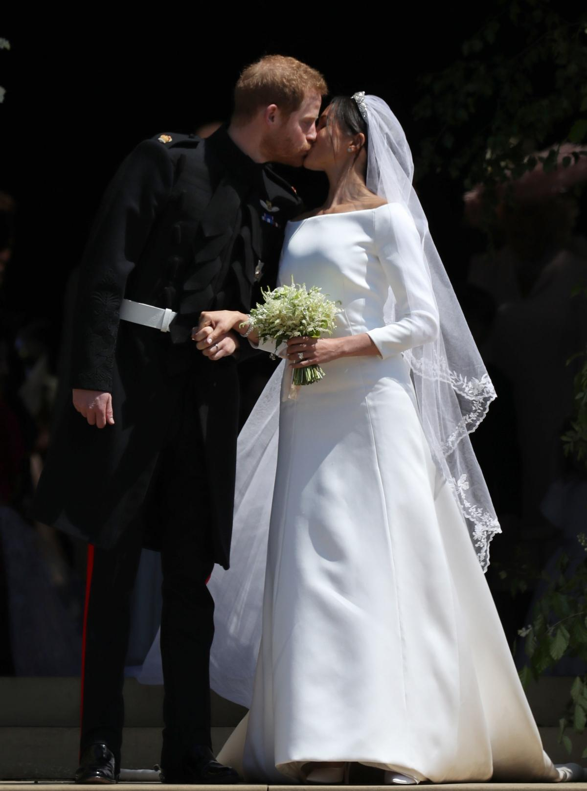 Meghan i Harry - pocałunek ślubny
