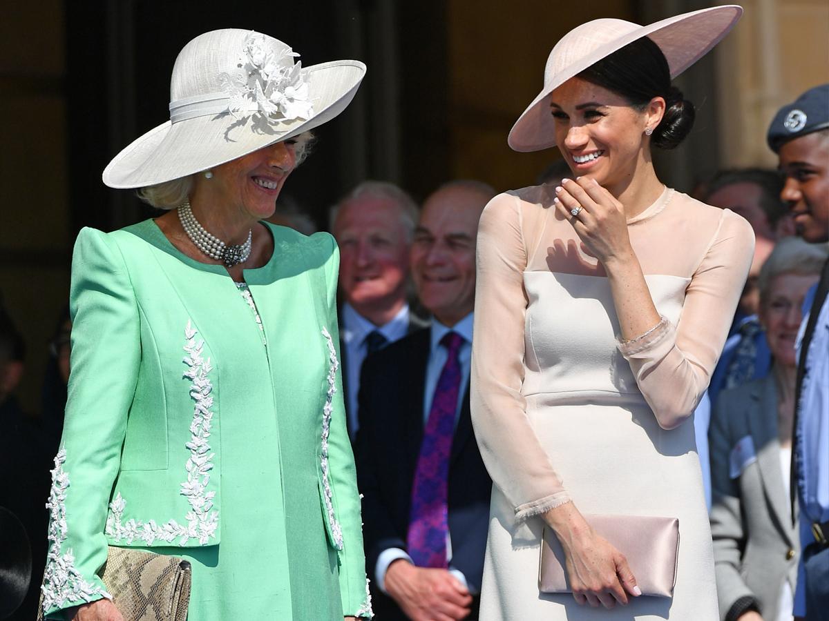 członkinie rodziny królewskiej muszą nosić nakrycia głowy na wszystkie uroczystości
