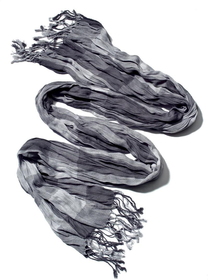 popielaty szalik New Yorker - moda 2011